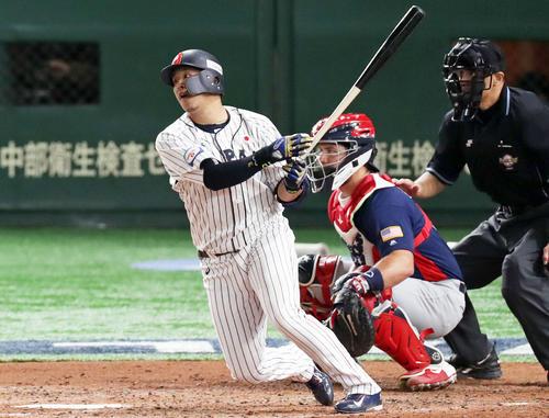 日本対アメリカ 4回裏日本2死三塁、右前適時打を放つ浅村(撮影・前田充)