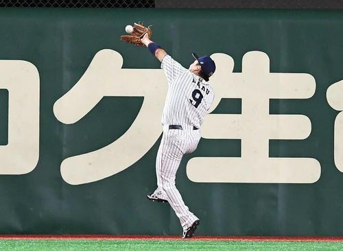 日本対米国 6回表米国無死、ルッカーの飛球を好捕する丸(撮影・たえ見朱実)