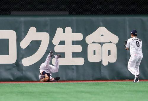 日本対米国 6回表アメリカ無死、丸はルッカーの飛球を好捕する(撮影・加藤哉)