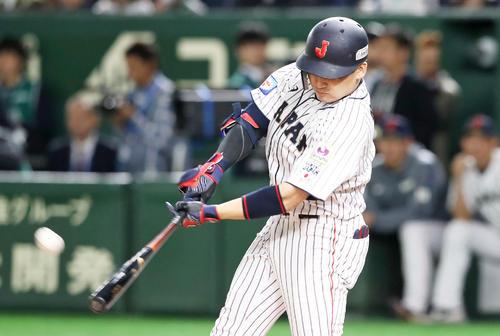日本対米国 7回裏日本1死一塁、丸は右越え二塁打を放つ(撮影・加藤哉)