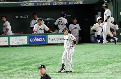日本対アメリカ 7回裏日本2死二、三塁、近藤は強い打球も遊直に終わり、苦笑して立ちすくむ(撮影・浅見桂子)