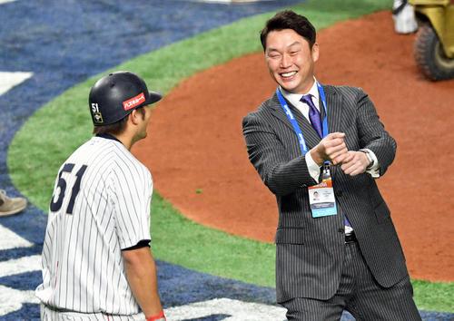 日本対米国 試合前練習で鈴木(左)と談笑する新井氏(撮影・滝沢徹郎)