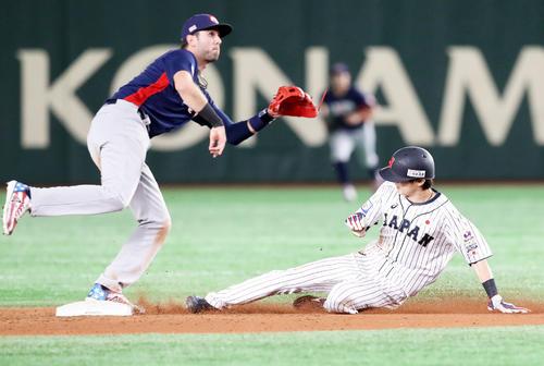日本対米国 8回裏日本1死一塁、代走周東は二盗を決める、野手はクローネンワース(撮影・加藤哉)