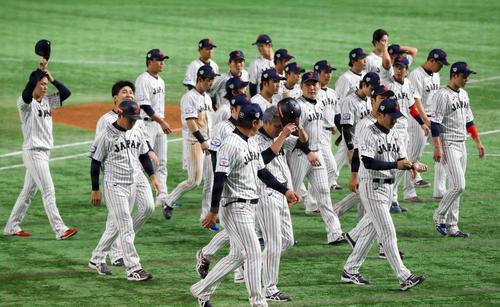 日本対アメリカ アメリカに敗れ肩を落とし引き揚げる日本の選手たち(撮影・垰建太)