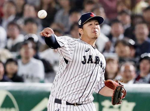 日本対米国 2回表アメリカ1死三塁、浅村はクローネンワースの打球を捕球し一塁を踏んでから本塁へ送球(撮影・加藤哉)