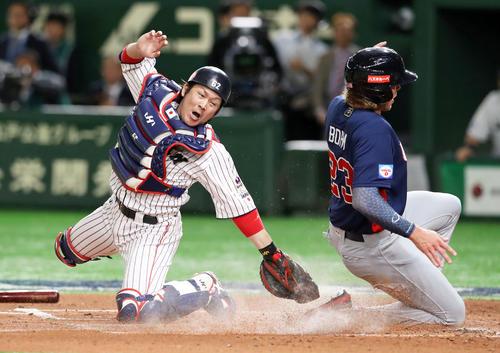 日本対米国 2回表アメリカ1死三塁、甲斐はクローネンワースの打球で生還するボームにタッチ及ばず先制を許す(撮影・加藤哉)