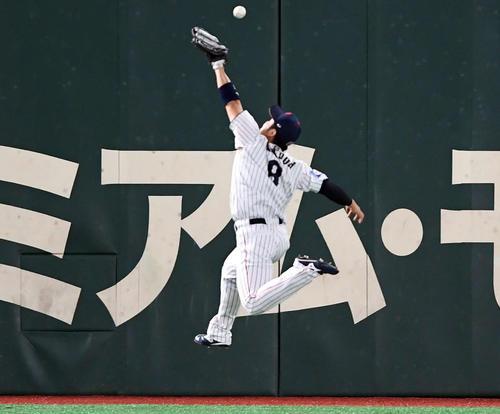 日本対米国 3回表米国1死一、三塁、ダルベックの打球は近藤の頭上を越え適時打二塁打とする(撮影・たえ見朱実)