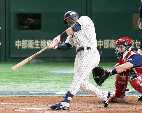 日本対アメリカ 4回裏日本1死、中越え三塁打を放つ鈴木(撮影・前田充)