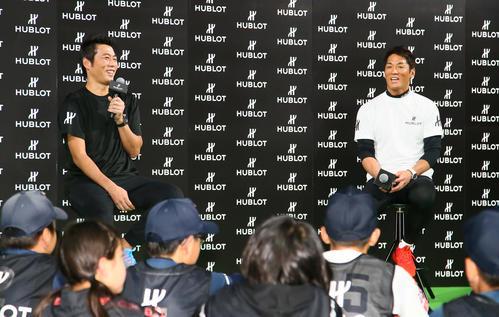 時計ブランド「HUBLOT(ウブロ)」の野球イベントに参加し子どもたちの質問に笑顔を見せる上原氏(左)と長嶋氏(撮影・足立雅史)