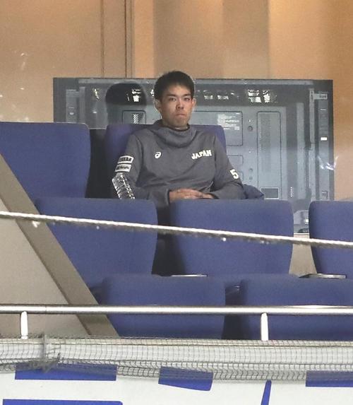 日本対アメリカ 一塁ベンチ上のスイートで観戦する秋山(撮影・浅見桂子)