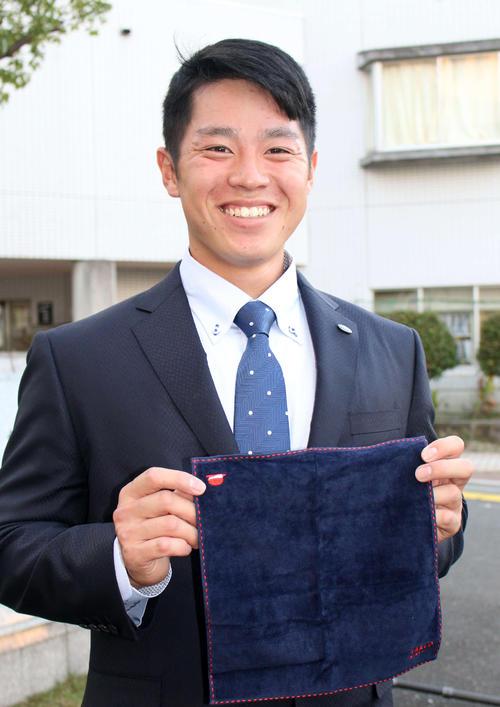 バイト先の社長からドラフト指名を記念して贈られたハンカチとネクタイを身につけ日本ハムと仮契約を結んだ梅林(撮影・木下大輔)
