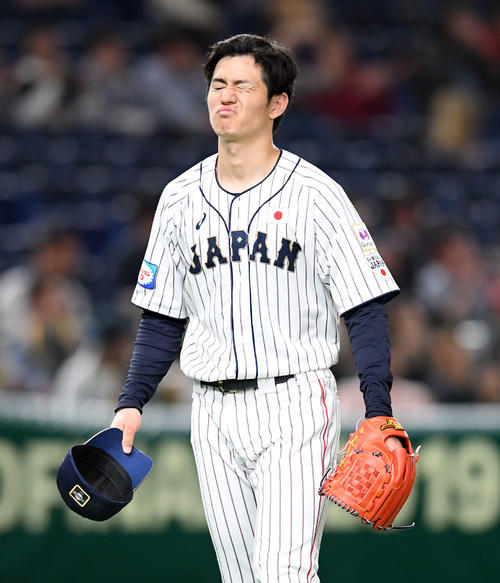 日本対米国 3回表、米国に2-0とされ悔しそうな表情を見せる日本の先発高橋(撮影・たえ見朱実)