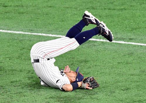 5回表アメリカ1死一、二塁、菊池涼はボームの打球をジャンプして捕球を試みるも捕れず(撮影・滝沢徹郎)