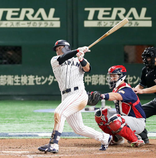 8回裏日本無死、中越え二塁打を放つ鈴木(撮影・前田充)