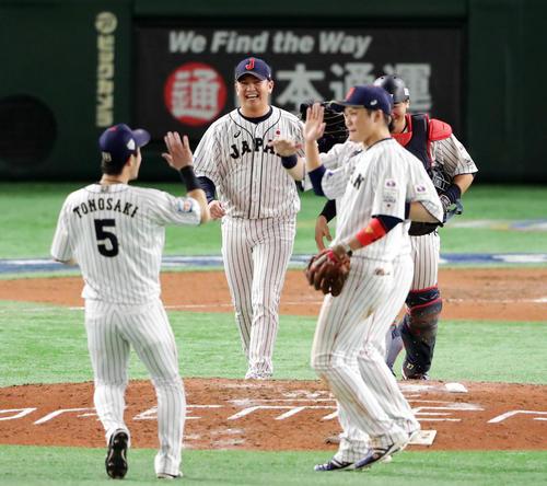 日本対メキシコ 勝利して首位に並び、笑顔でハイタッチする山崎(中央)ら日本の選手たち(撮影・浅見桂子)