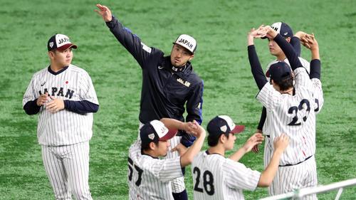 日本対メキシコ 試合前、ウオーミングアップを行う菊池(中央)ら侍ジャパンの選手たち(撮影・垰建太)
