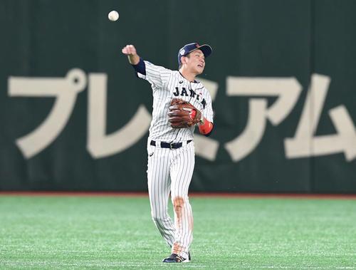 日本対メキシコ 2回表メキシコ2死、ソリスの遊ゴロを捕球して一塁へ送球する坂本勇(撮影・山崎安昭)