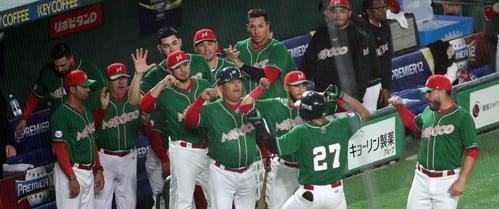 日本対メキシコ 4回表メキシコ無死、ソロ本塁打を放ったジョーンズ(27番)を出迎えるメキシコナイン(撮影・垰建太)