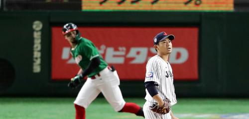 日本対メキシコ 4回表メキシコ無死、ジョーンズに左翼ソロ本塁打を浴びて打球を見つめる今永(撮影・浅見桂子)
