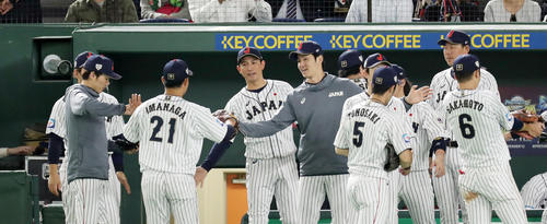 日本対メキシコ 6回を投げきった今永(左から2人目)らを迎える日本ナイン(撮影・前田充)