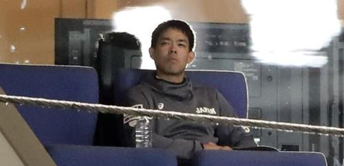日本対メキシコ 一塁側上段のスイートで観戦する秋山(撮影・浅見桂子)