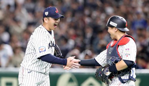 日本対メキシコ メキシコに勝利し会沢(右)と握手する山崎康(撮影・加藤哉)