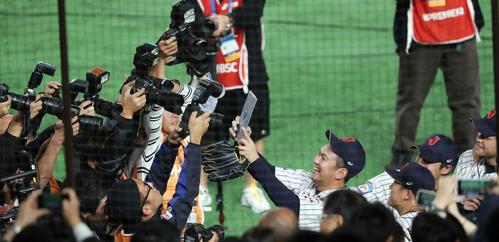 日本対メキシコ メキシコに勝ち、自撮りで写真に納まる山崎(中央)ら投手陣(撮影・垰建太)