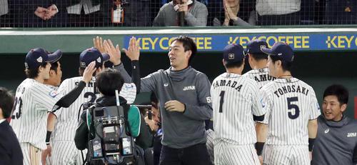 日本対メキシコ メキシコに勝利した日本ナインを出迎える秋山(中央)(撮影・前田充)