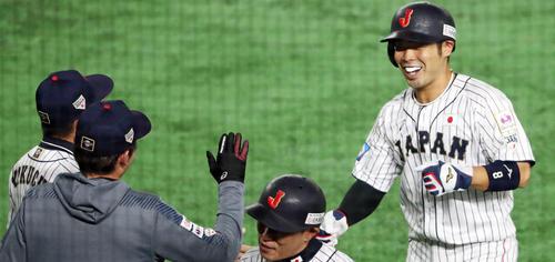 日本対メキシコ 1回裏の攻撃を終え適時打を放った日本近藤はナインの出迎えに笑顔を見せる(撮影・垰建太)