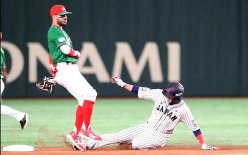 1回裏日本1死一塁、坂本勇は二塁盗塁を決める、野手はサラサル(撮影・加藤哉)