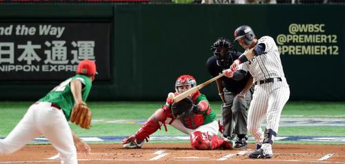 日本対メキシコ 1回裏日本2死二塁、鈴木は中前先制適時打を放つ。投手ラミレス(撮影・浅見桂子)