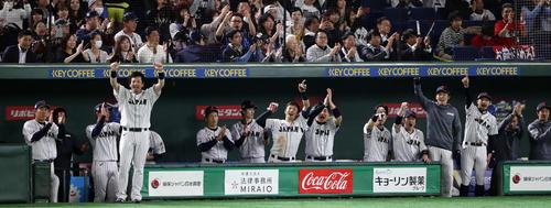 日本対メキシコ 2回裏日本1死二塁、坂本勇が左適時打を放ち、ガッツポーズで喜ぶ鈴木(中央)ら日本ベンチ(撮影・浅見桂子)