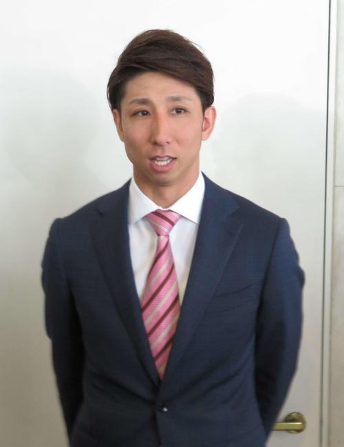 福岡市内で楽天と交渉し、報道陣に対応するソフトバンク福田