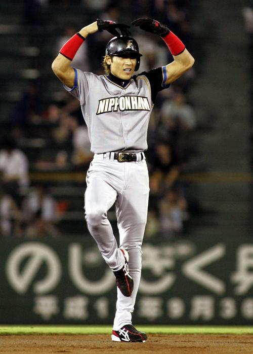 04年8月、オリックス戦で勝ち越しの適時二塁打を放ち二塁ベースで新庄ポーズ?