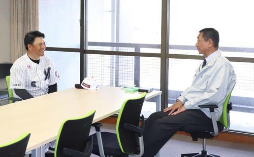 笑顔で会話をするロッテ井口監督(左)と亀田鴨川市長(撮影・久永壮真)