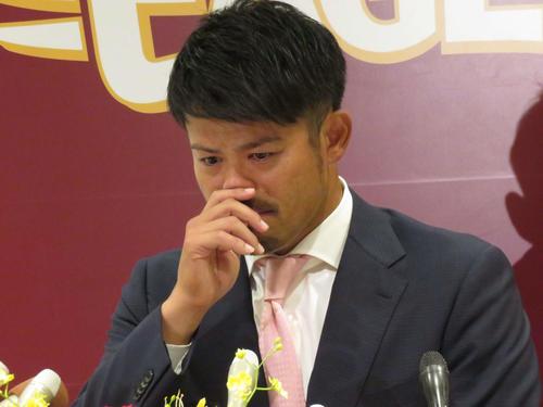 引退会見で涙を流し、声を詰まらせる楽天今江(2019年10月18日撮影)