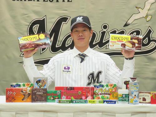 ロッテと仮契約を結んだドラフト5位の法大・福田は、好きだというチョコパイを両手にポーズ