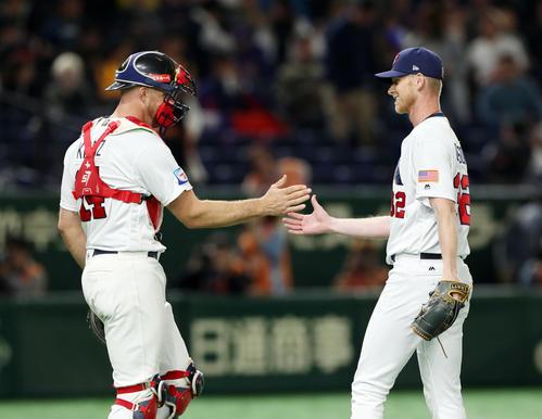 台湾対アメリカ 9回表台湾2死、最後の打者を空振り三振に仕留め、タッチを交わすクラツ(左)とディクソン(撮影・前田充)