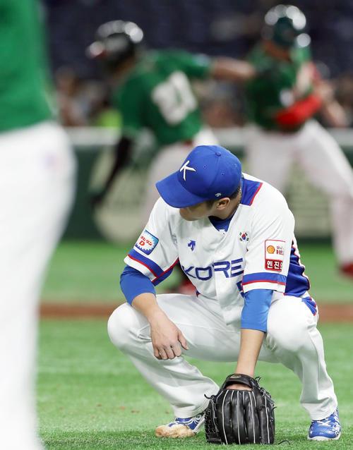 5回表メキシコ1死二塁、ジョーンズに2点本塁打を浴び悔しそうにしゃがみ込む朴鐘勲(撮影・前田充)
