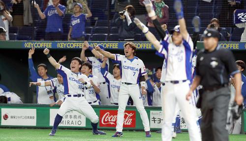 メキシコ対韓国 5回裏韓国2死満塁、金賢洙の走者一掃の二塁打にベンチを飛び出し歓喜する韓国ナイン(撮影・前田充)