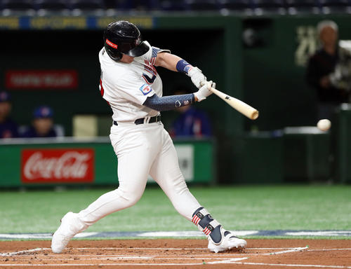 台湾対アメリカ 1回裏アメリカ1死二塁、先制の左前適時打を放つボーン(撮影・前田充)
