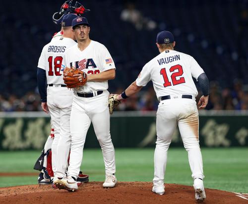 台湾対アメリカ 4回表台湾1死一塁、林泓育に死球を与えたところで降板となるダンシー(右から2人目)(撮影・前田充)