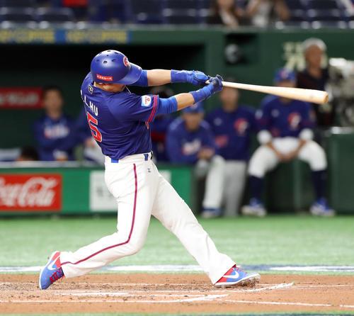 台湾対アメリカ 6回表台湾1死、勝ち越しとなる中越え本塁打を放つ胡金龍(撮影・前田充)