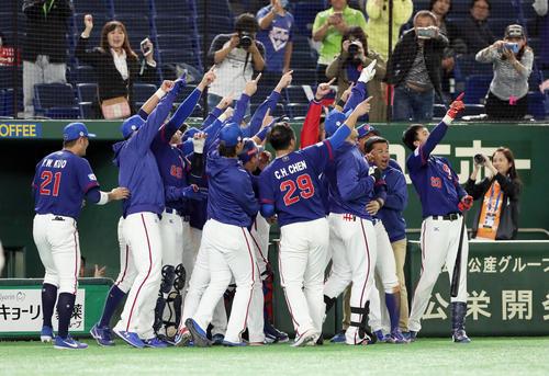 台湾対アメリカ 6回表台湾1死、勝ち越し本塁打を放った胡金龍を迎え入れ、喜びのパフォーマンスをする台湾ナイン(撮影・前田充)