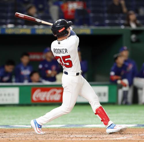 台湾対アメリカ 7回裏アメリカ2死一塁、逆転の左越え2点本塁打を放つルッカー(撮影・前田充)