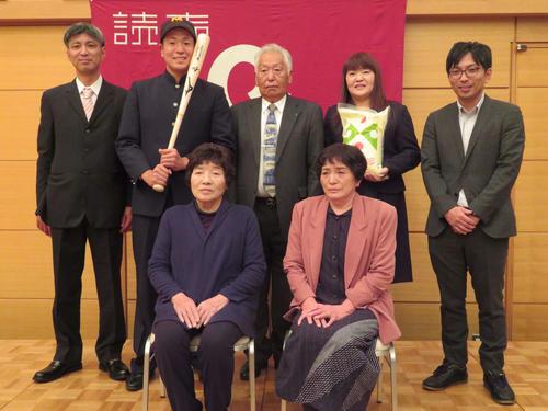 巨人と仮契約を結び家族と記念撮影をする酒田南・伊藤(後列左から2人目)。後列左は父薫さん、同右から2人目は母美香さん(撮影・湯本勝大)
