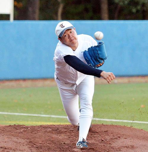 ブルペンで投球練習を行う東北福祉大・津森(撮影・鎌田直秀)