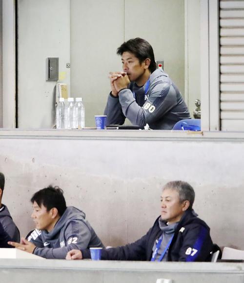 韓国-メキシコ戦を視察する稲葉監督(上)。下段左は井端コーチ、右は清水コーチ(撮影・加藤哉)