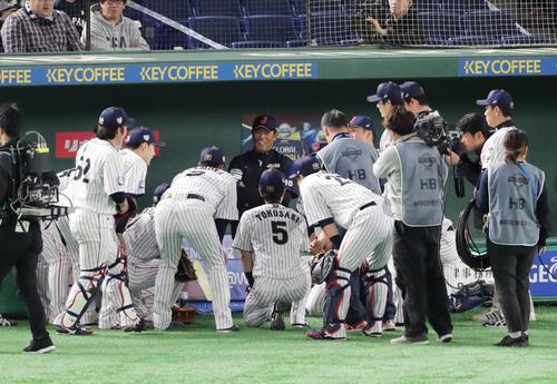 日本対韓国 試合前、円陣を組むナインを笑顔で見つめる稲葉監督(中央)(撮影・垰建太)