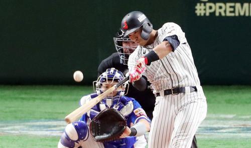 日本対韓国 3回裏日本無死一、三塁、勝ち越しの適時打を放つ鈴木(撮影・垰建太)